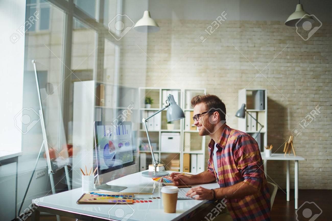 Junge Designer-Analyse Von Daten Im Büro Lizenzfreie Fotos, Bilder ...