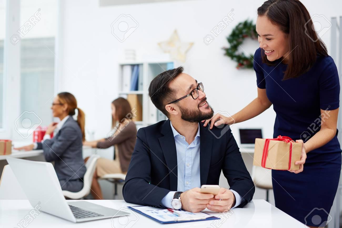 Asiatische Geschäftsfrau, Die Ihren Chef Weihnachtsgeschenk Im Amt ...