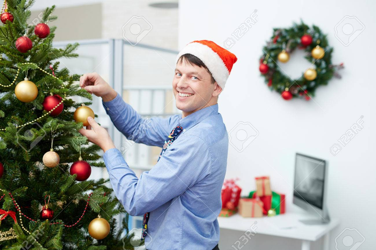 Bonne employé de bureau décoration de sapin pour noël banque d