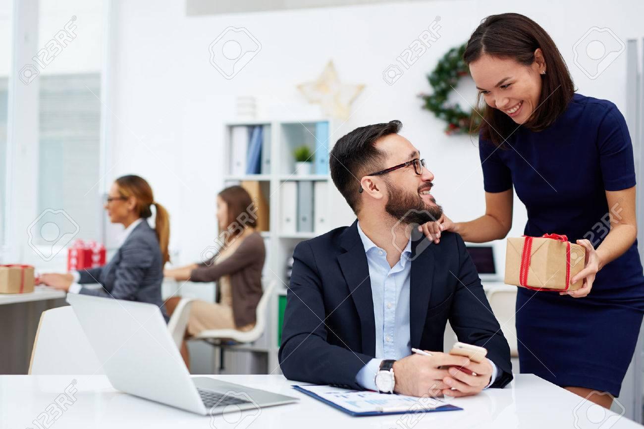 Junge Geschäftsfrau, Die Ihrem Kollegen Weihnachtsgeschenk Im Büro ...