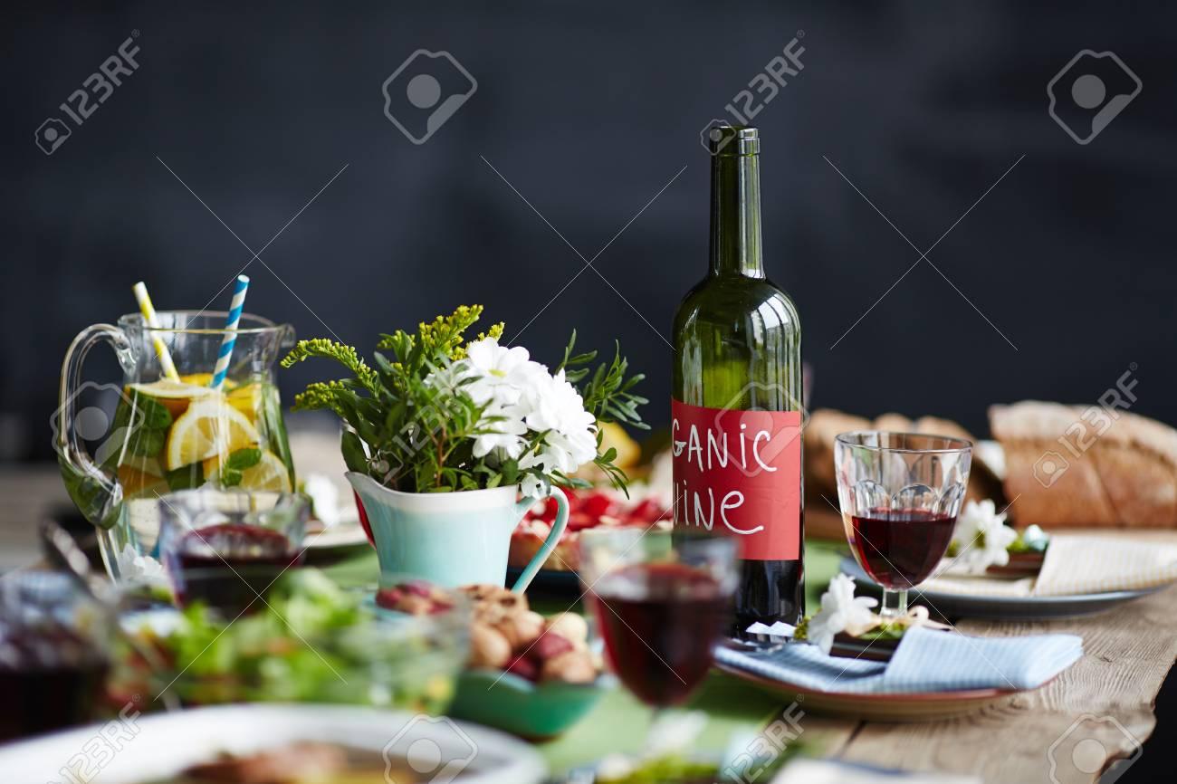 Tisch Mit Blumen Und Bio-Getränken Lizenzfreie Fotos, Bilder Und ...