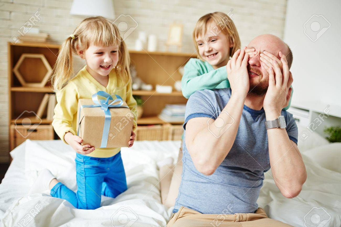 Little daughters making surprise fot their dad at fathers day Stock Photo - 57068290