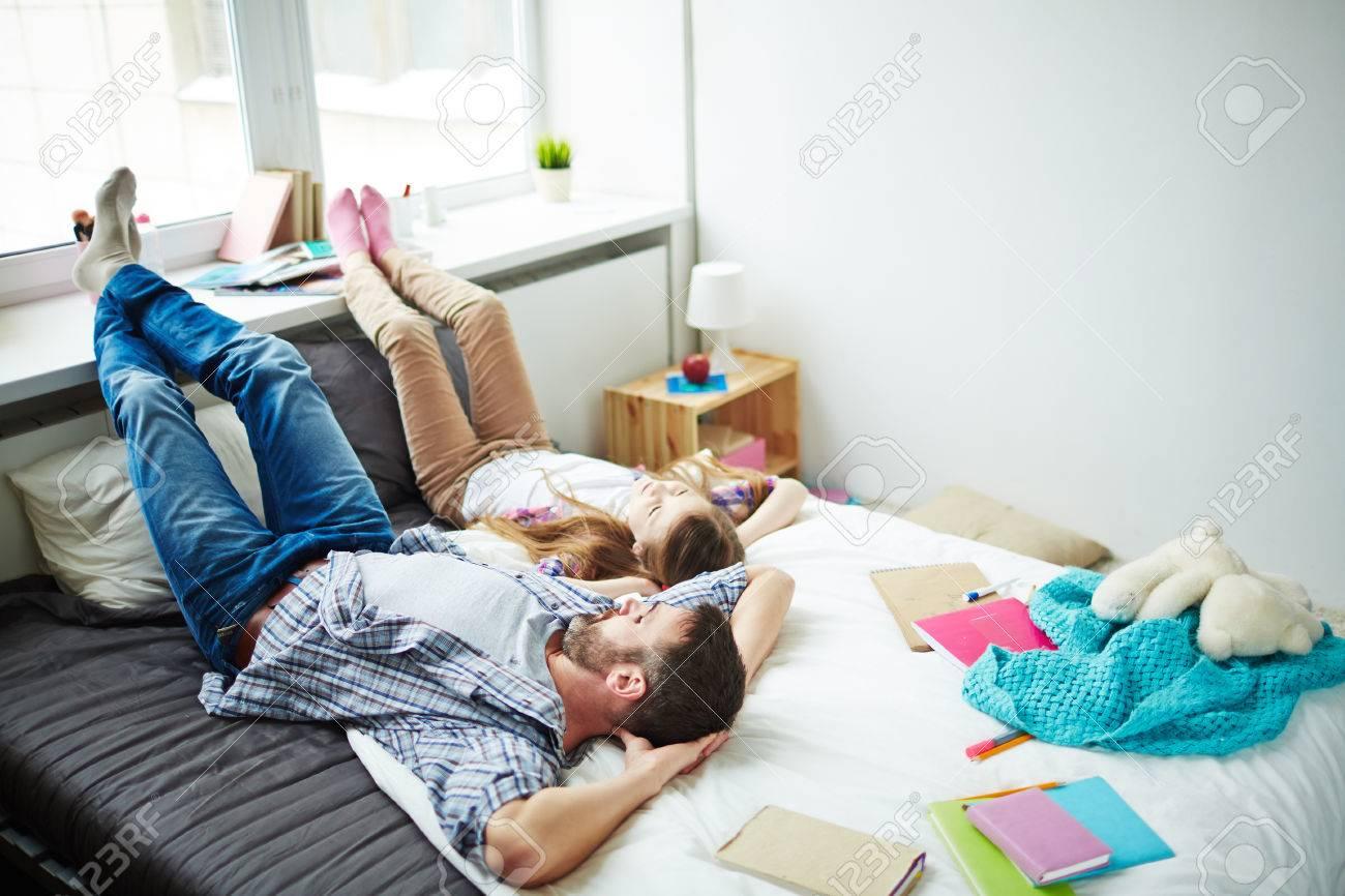 Alto ángulo De Padre Tendido Relax En La Cama Con Su Hija, Los ...
