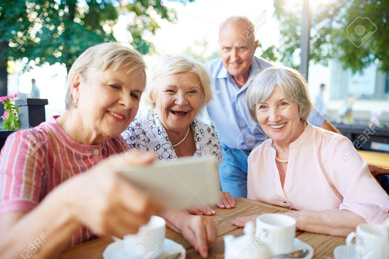 Happy seniors making selfie during hang-out in outdoor cafe Standard-Bild - 62299022