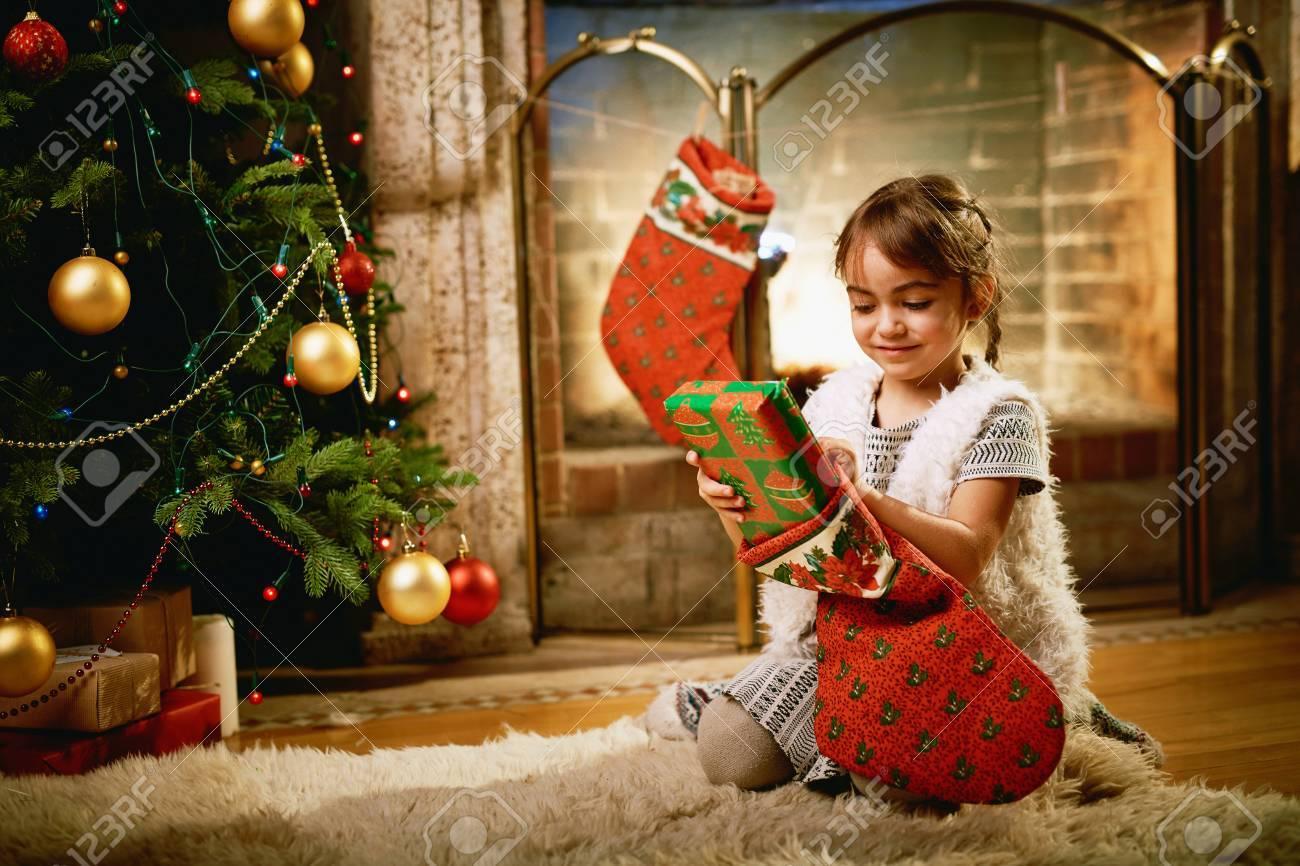 Kleines Mädchen, Das Weihnachten überraschen In Geschenk Socke ...