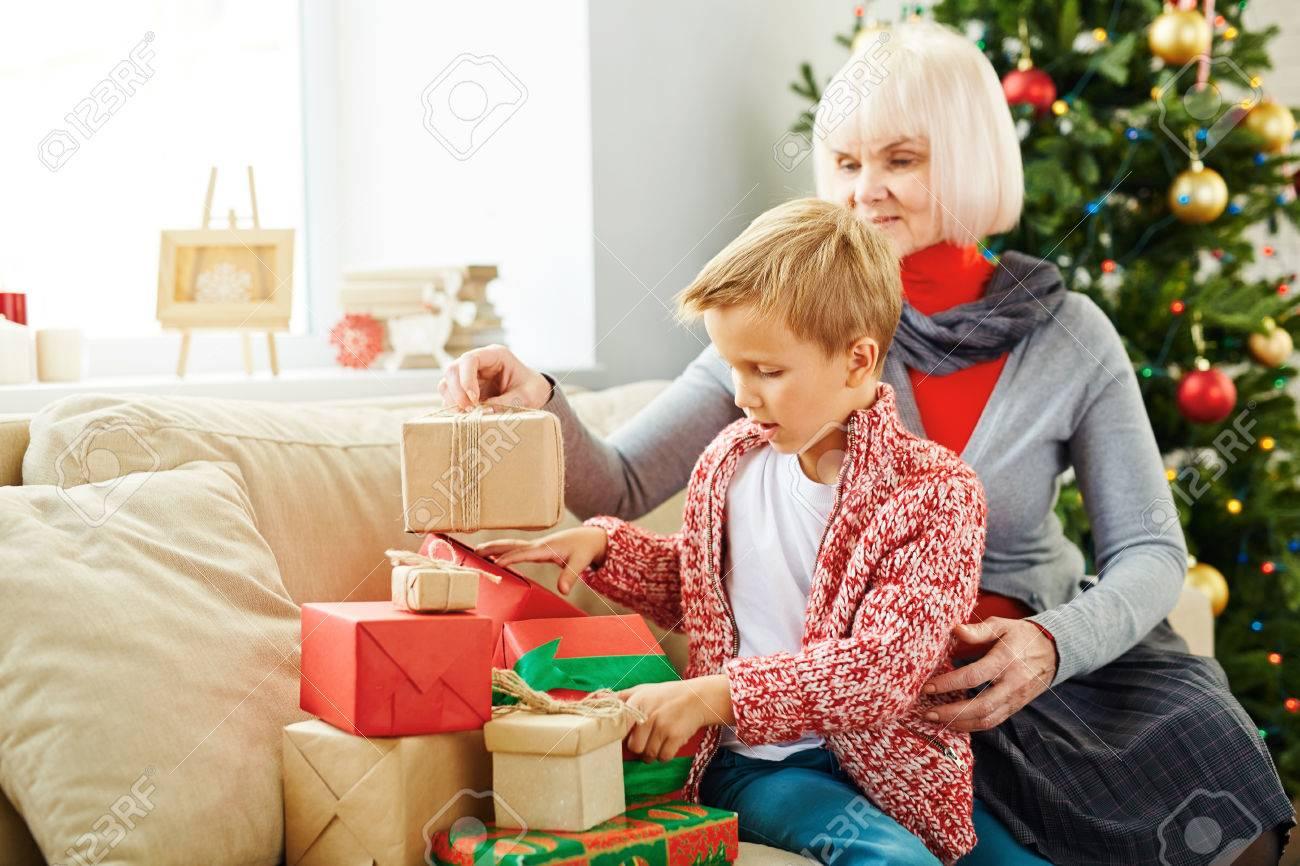 Junge Und Seine Großmutter Vorbereitung Weihnachtsgeschenke Für ...