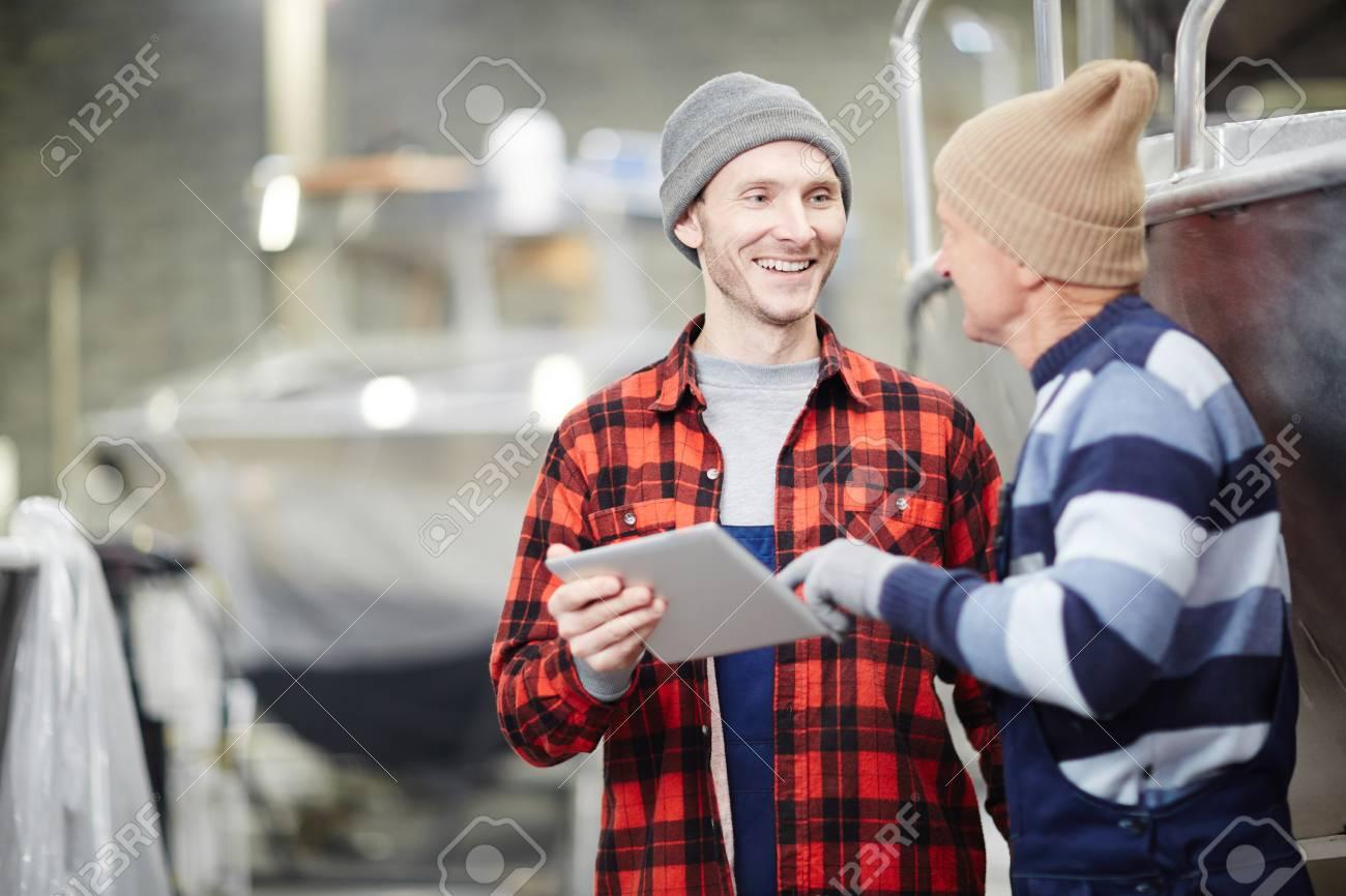 Talking to senior colleague - 104036043