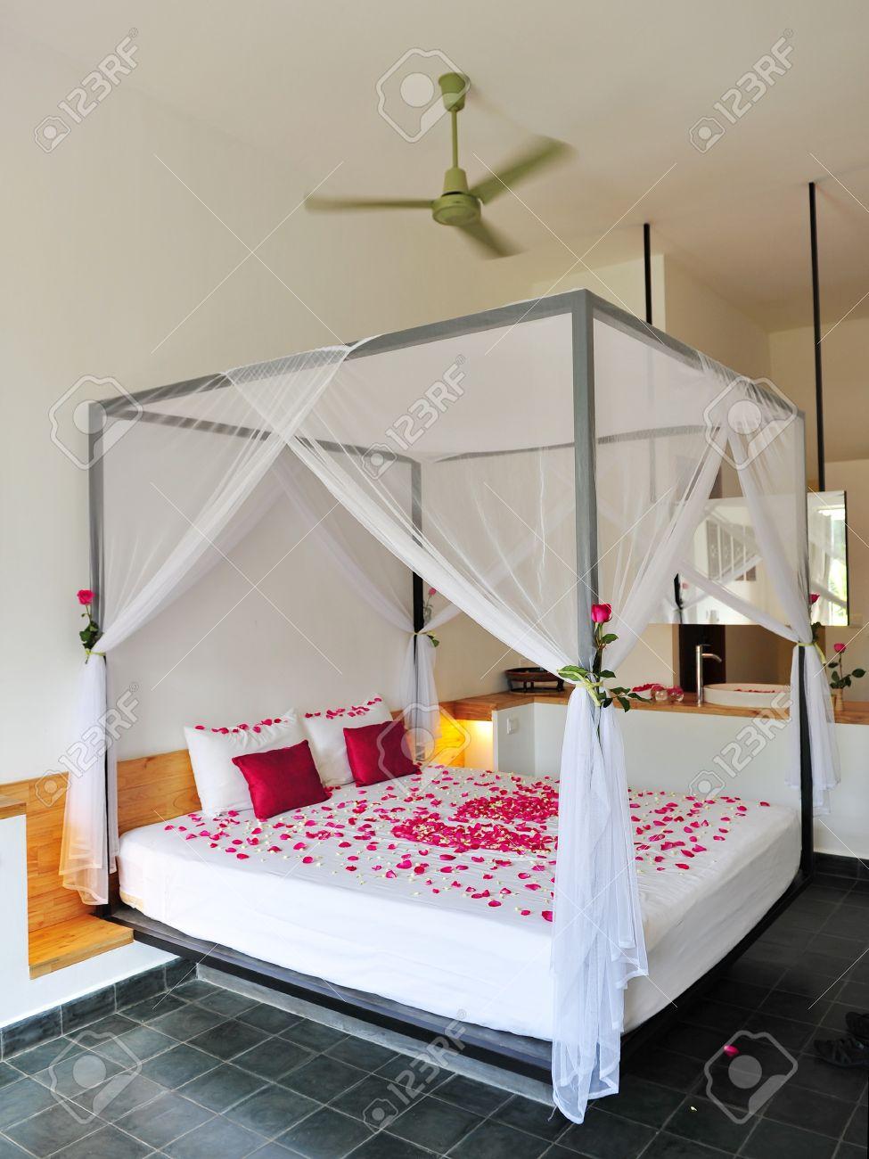 - Queen-Size-Bett Mit Romantischen Rosenblüten Dekor In Einem Luxus