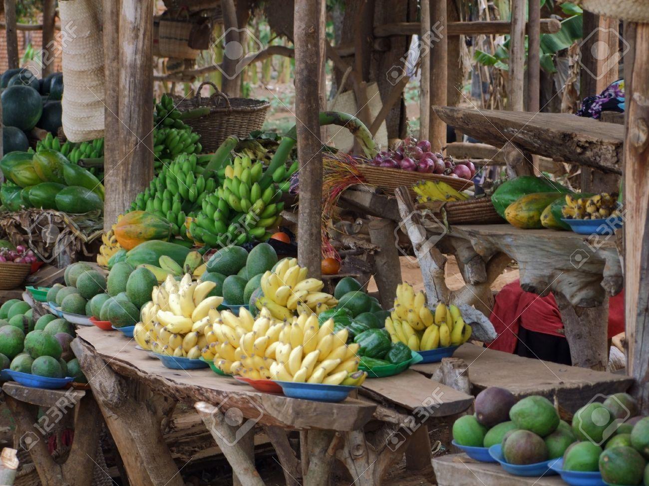 detalle de un mercado en Uganda (África) con una gran cantidad de frutas y verduras Foto de archivo - 11095318