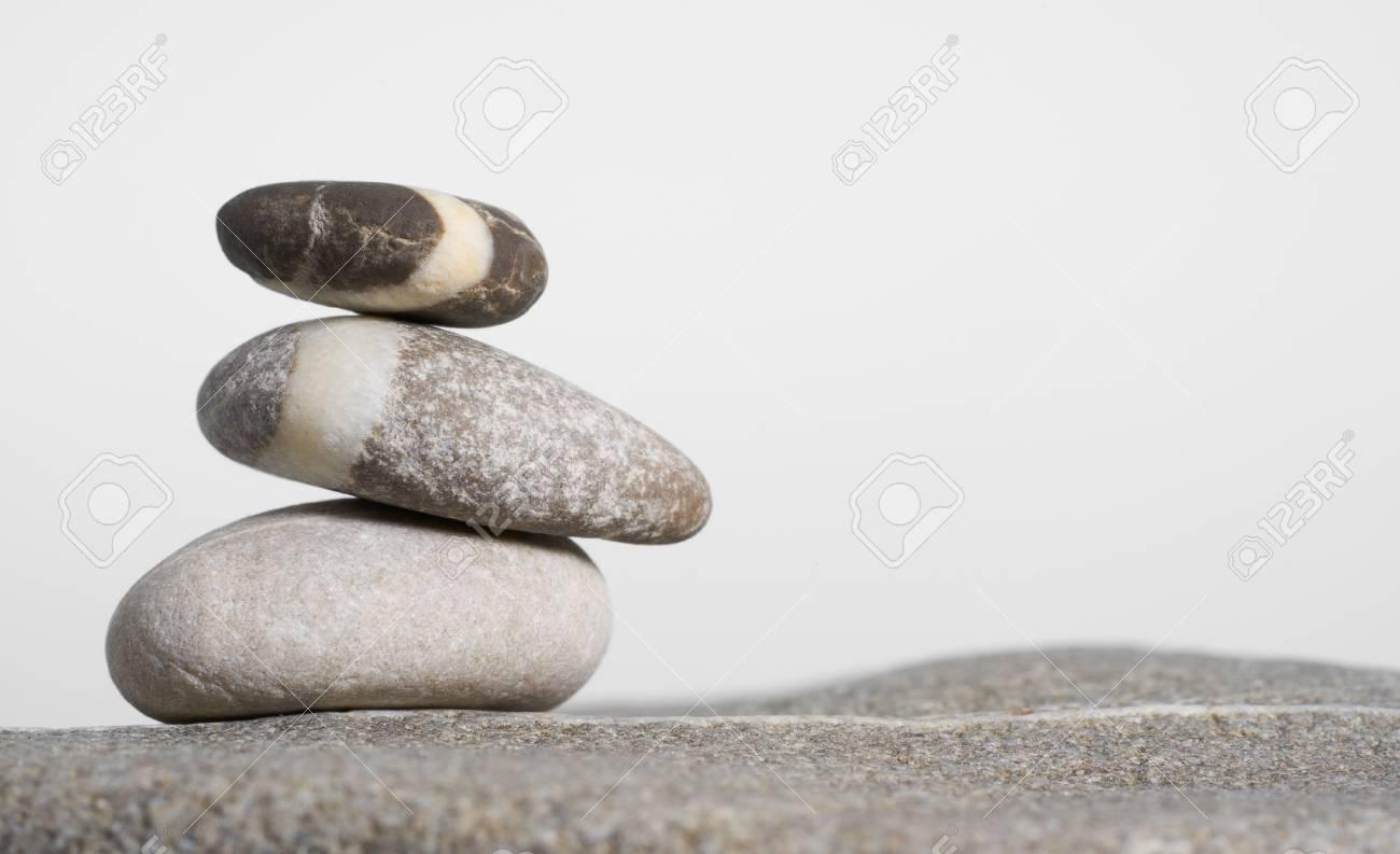 Arrangement pierre de galets arrondis empilés en gris clair retour