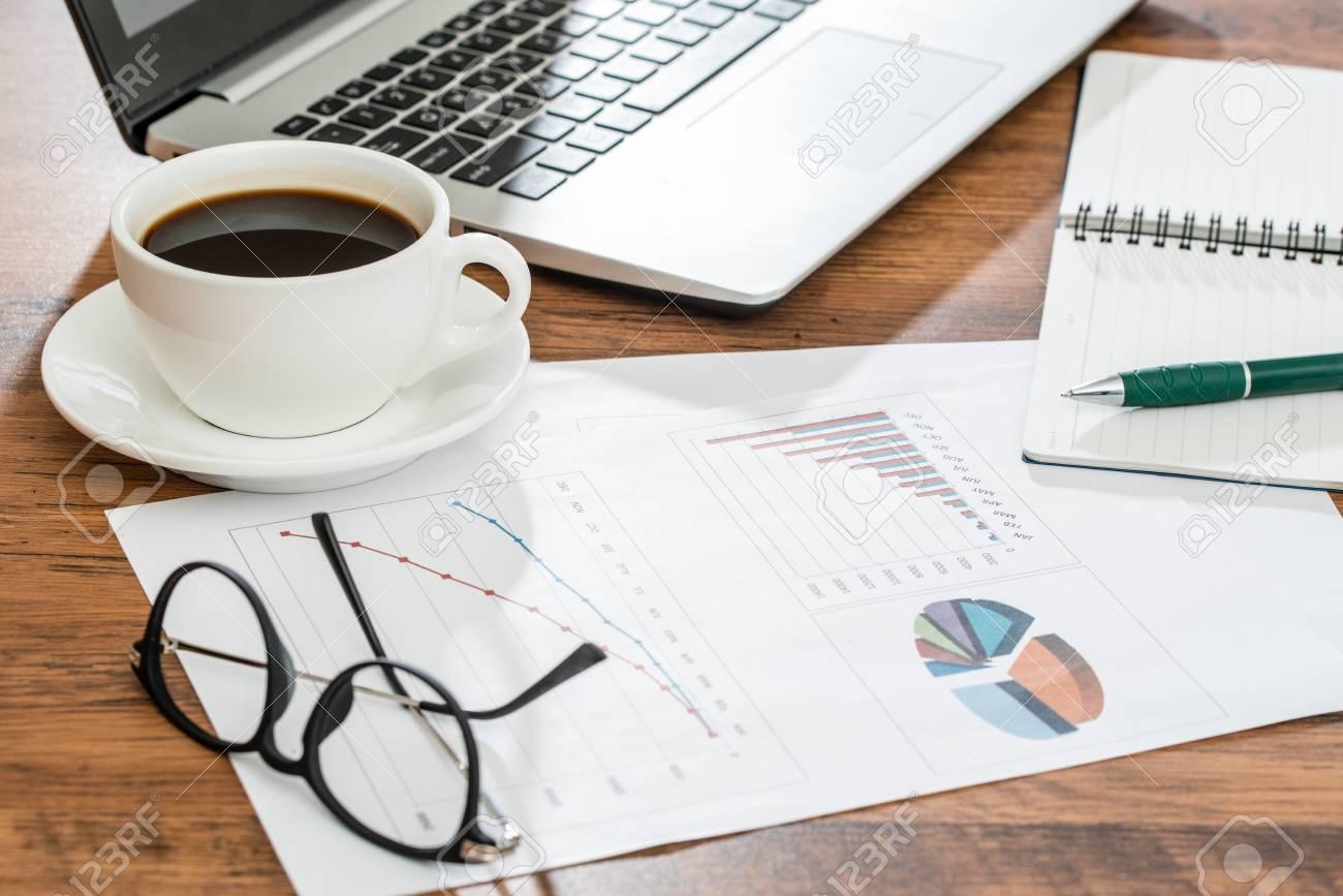 Forniture Per Ufficio : Tazza di caffè galsses e forniture per ufficio su tavola di legno
