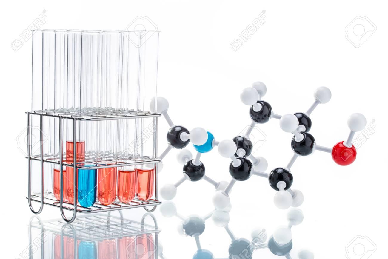 Estructura Molecular Y El Líquido En El Tubo De Prueba En El Fondo Blanco
