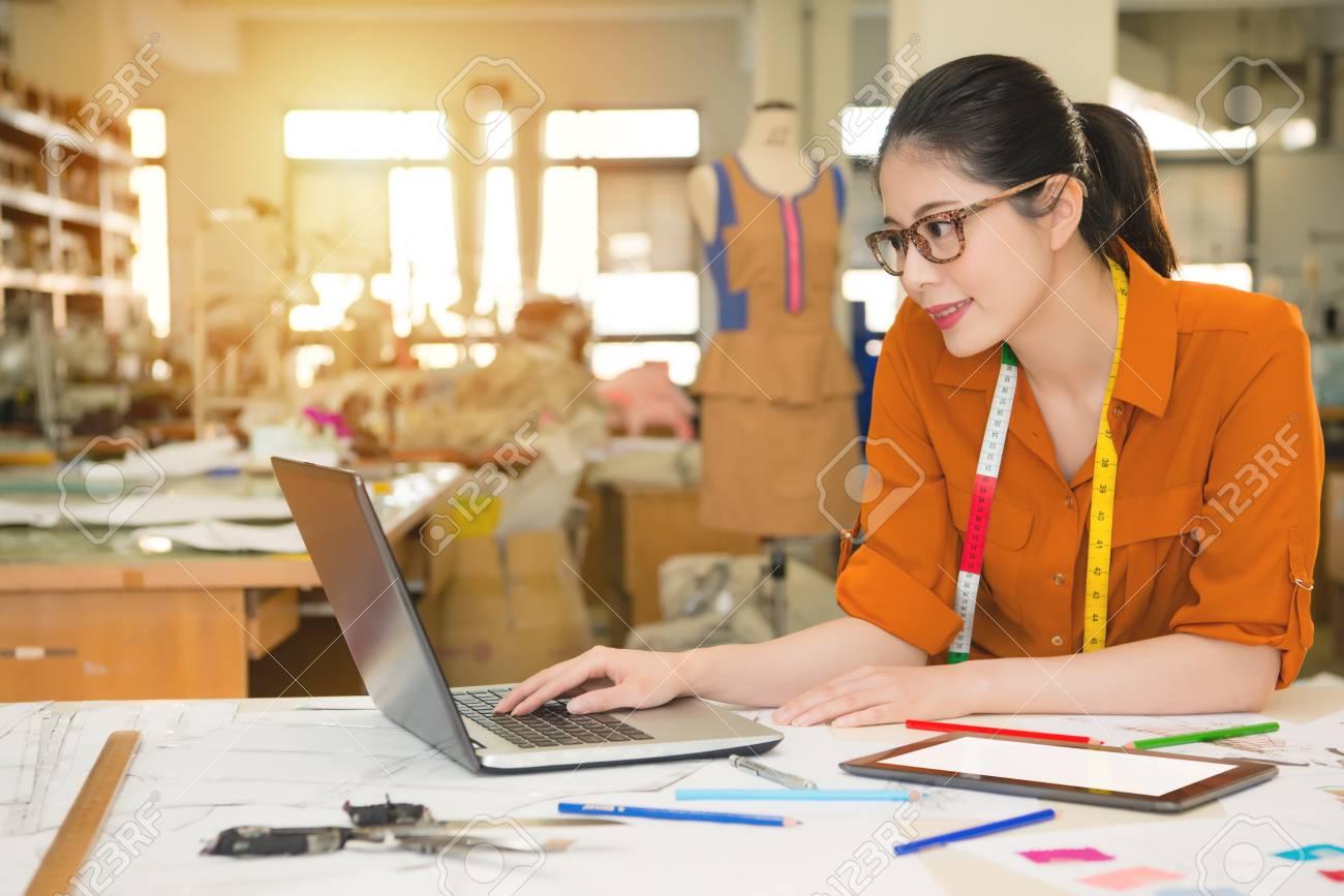 Jeune beauté jeune dessinatrice asiatique de mode jeune entreprise