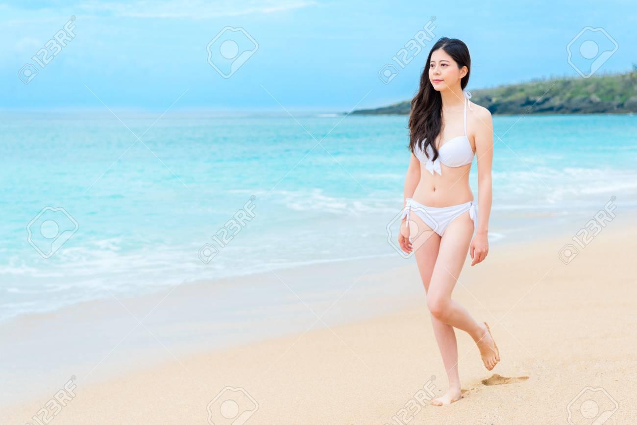 Tropical La Playa Y De Viento País Isla Sonriente El Paisaje En Mirando Disfrutando Cómodo Bikini Del Elegante Mar Caminando Chica bgvIY6ymf7
