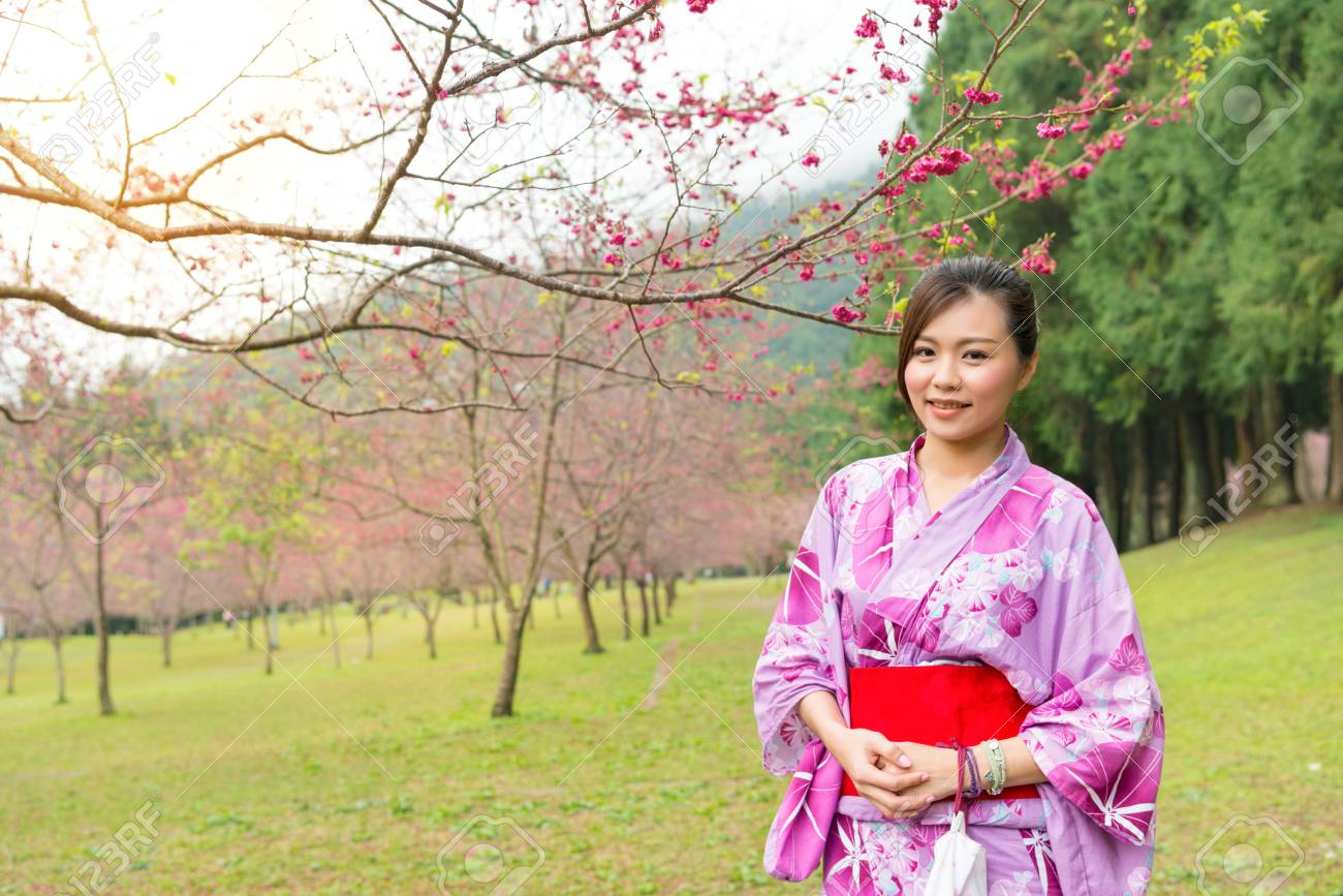 https://previews.123rf.com/images/primagefactory/primagefactory1708/primagefactory170800472/83633085-smiling-beauty-woman-visiting-blooming-cherry-flower-trees-park-in-japan-and-wear-traditional-japane.jpg