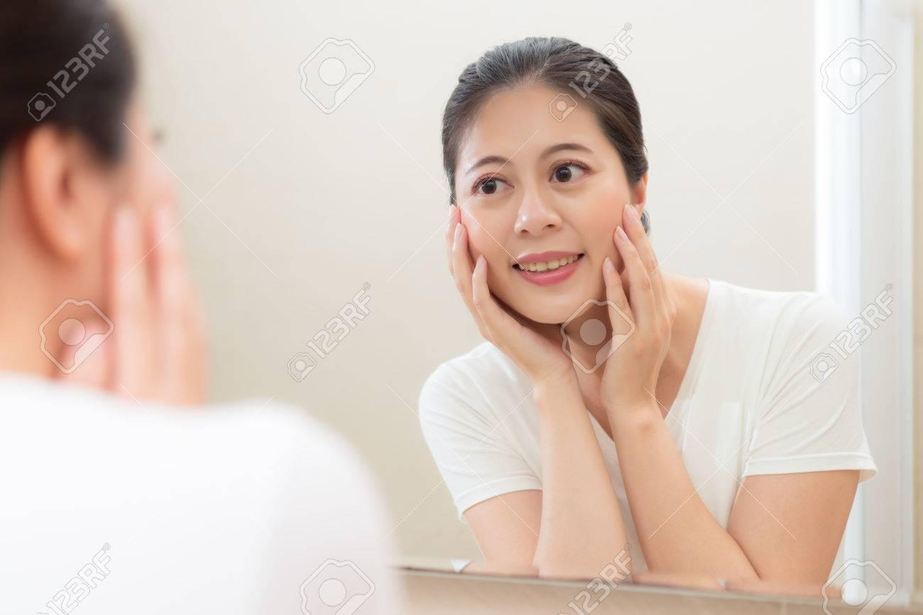 Belle Douce Dame Debout Dans La Salle De Bain Et Regarde Le Miroir