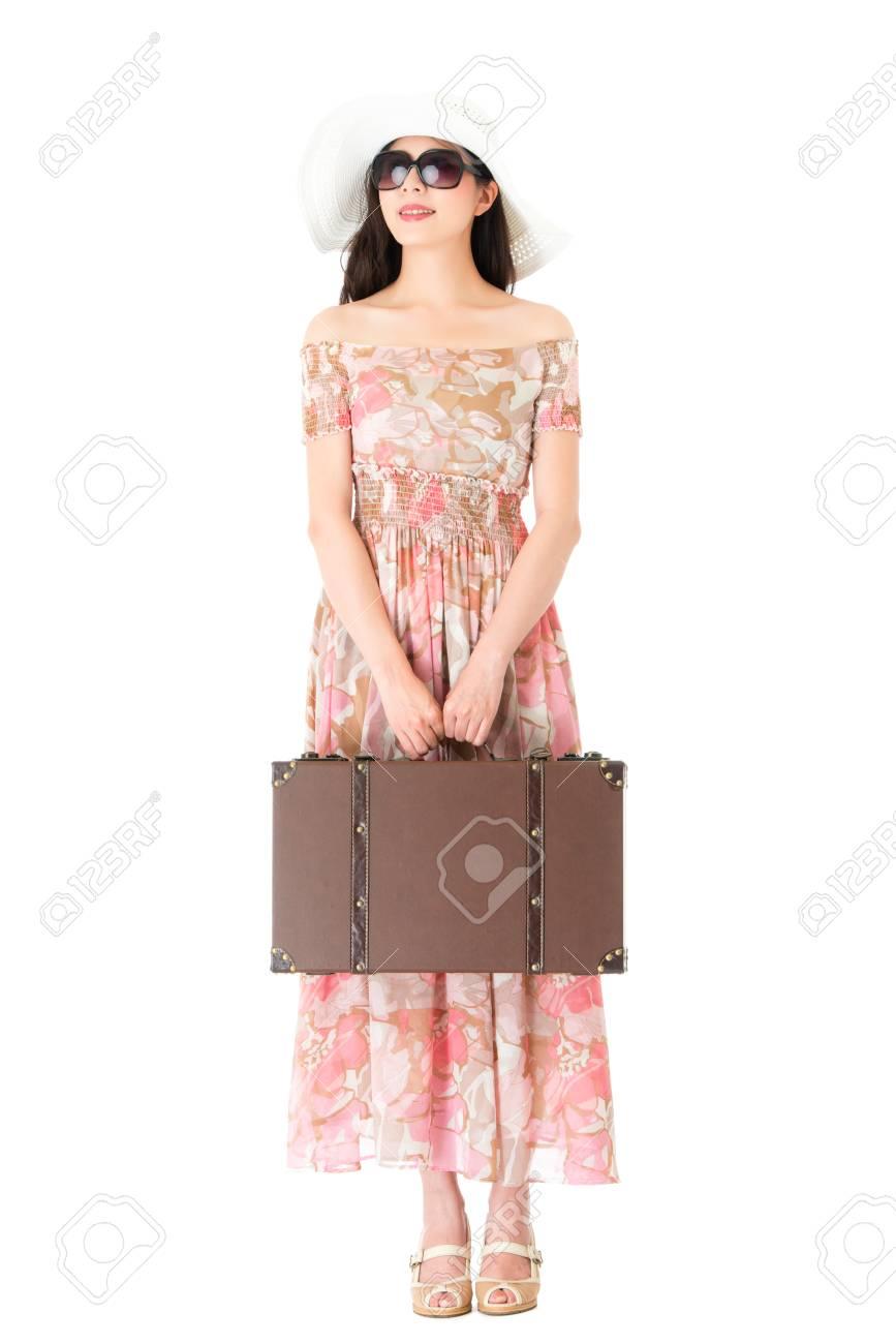 db2e1c75b231 85412715-sorridente-ragazza -di-bellezza-in-possesso-di-valigia-in-pelle-di-stile-retrò-in-piedi-su- sfondo-bianco.jpg