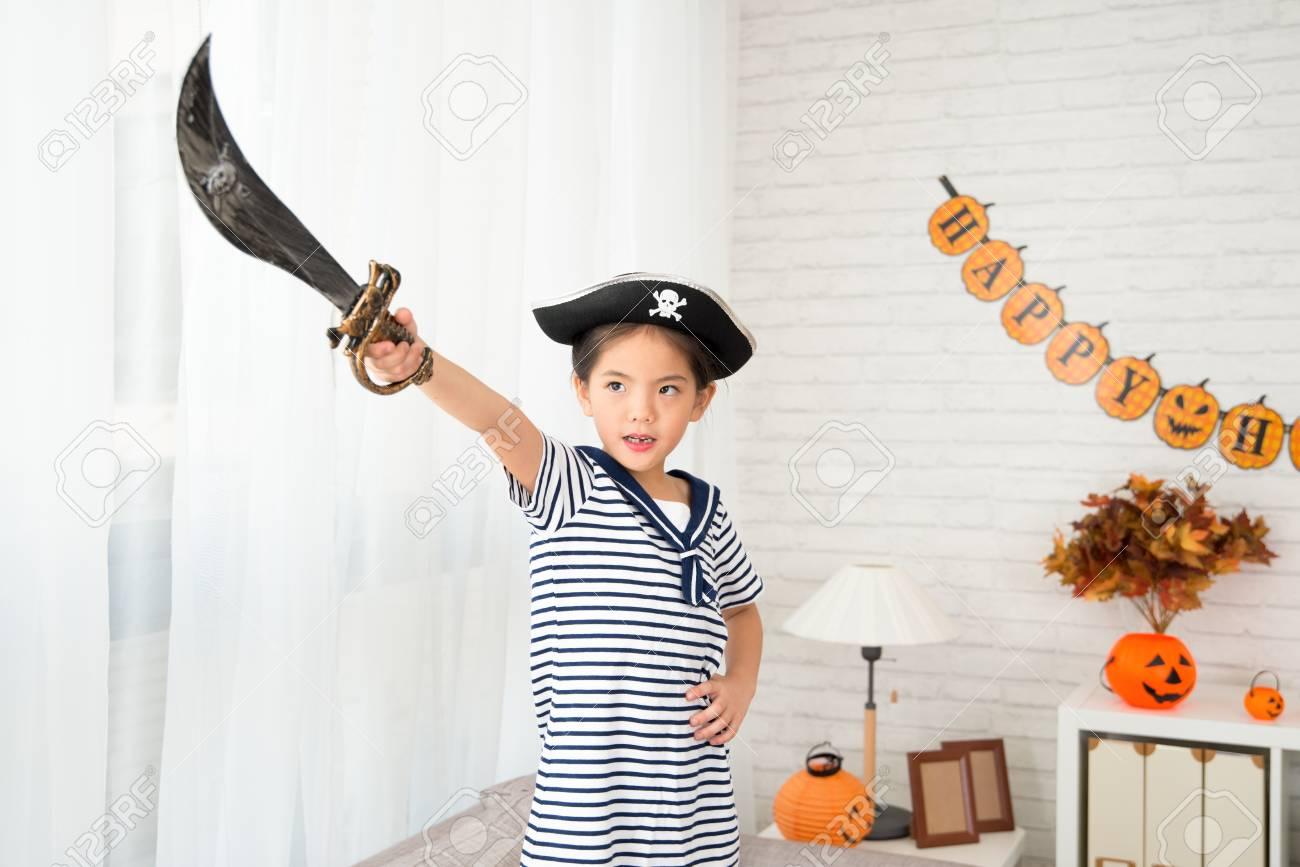 Niña Pirata Con Cuchillo Apunta A Su Dirección Futura Para Halloween Juego De Vestir En Casa