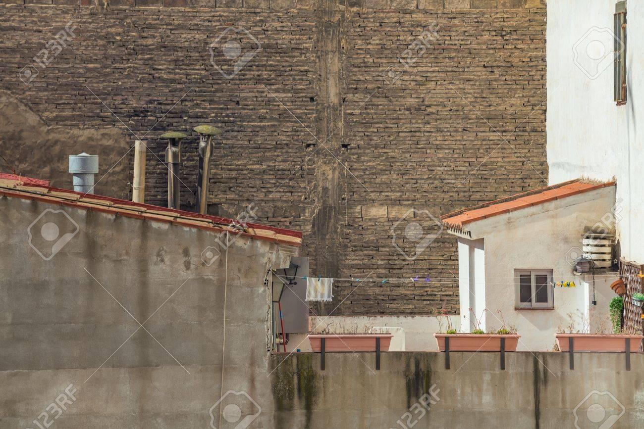 Camini In Mattoni Rossi : Muro di mattoni senza finestre nella città modern living block con