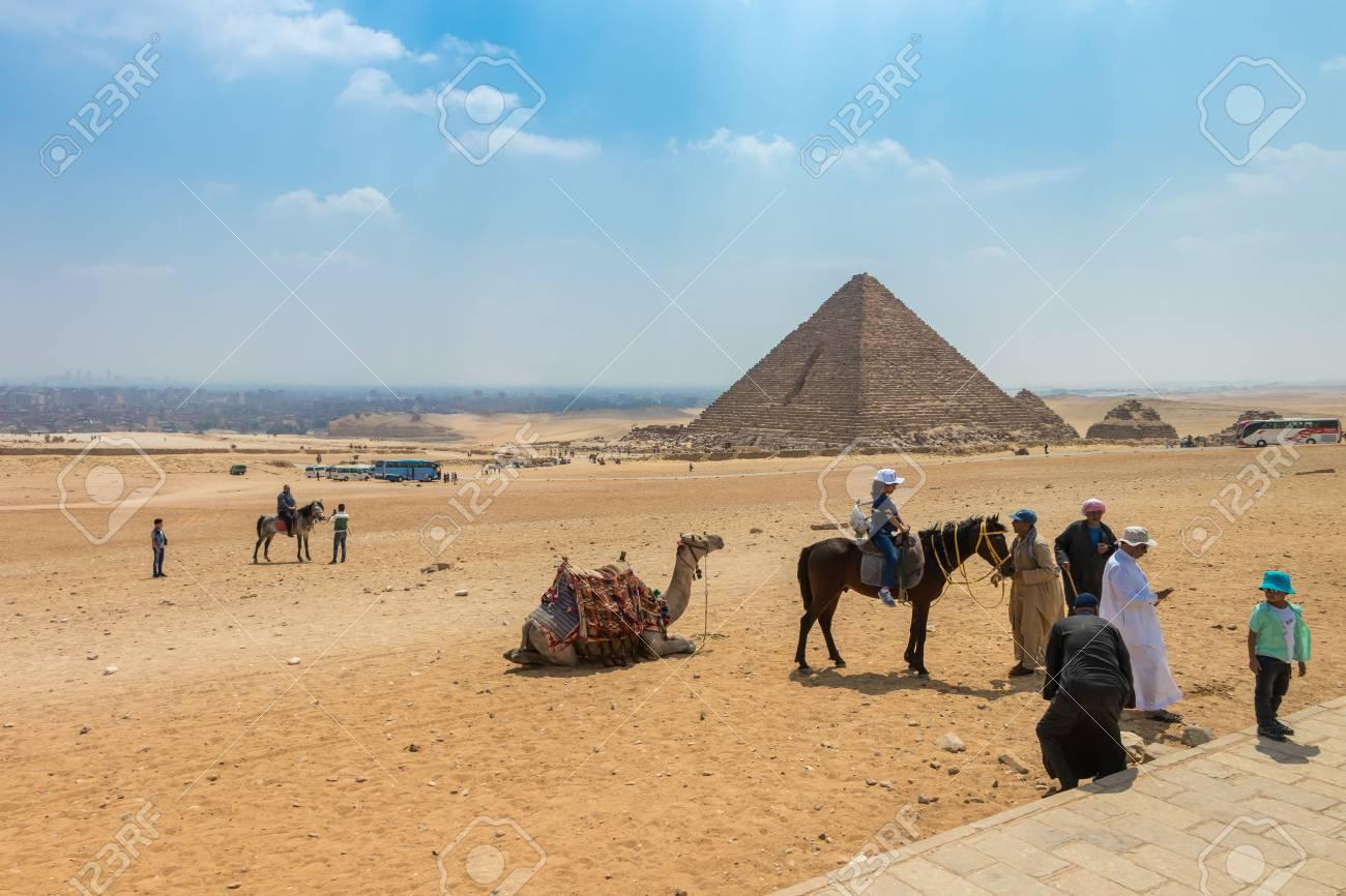 Giza Egypt April 19 2019 The Great Pyramid Of Menkaure In Giza With Tourist In Egypt Lizenzfreie Fotos Bilder Und Stock Fotografie Image 127081230