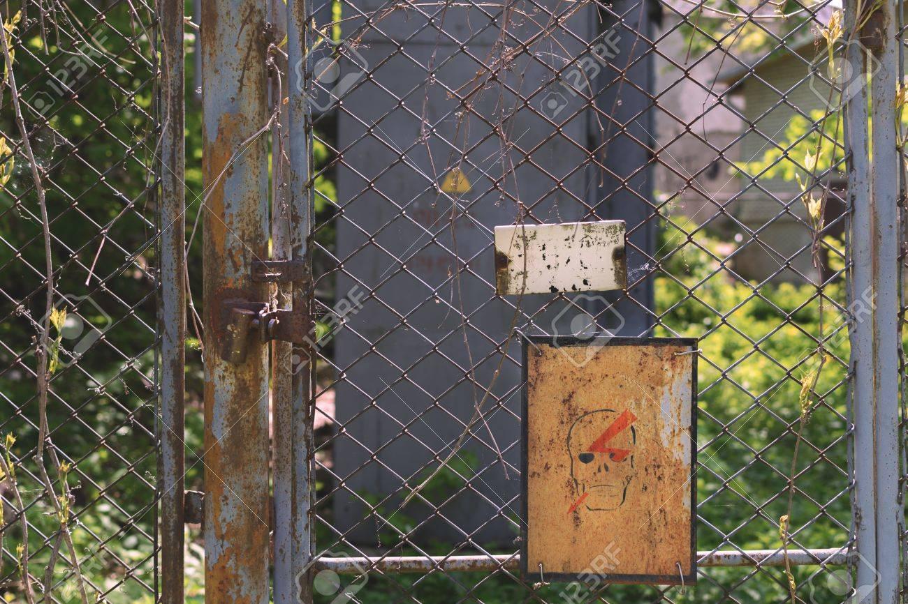 Verlassener Ort Achtung Zaun Aus Dem Raster Mit Asten Bewachsen