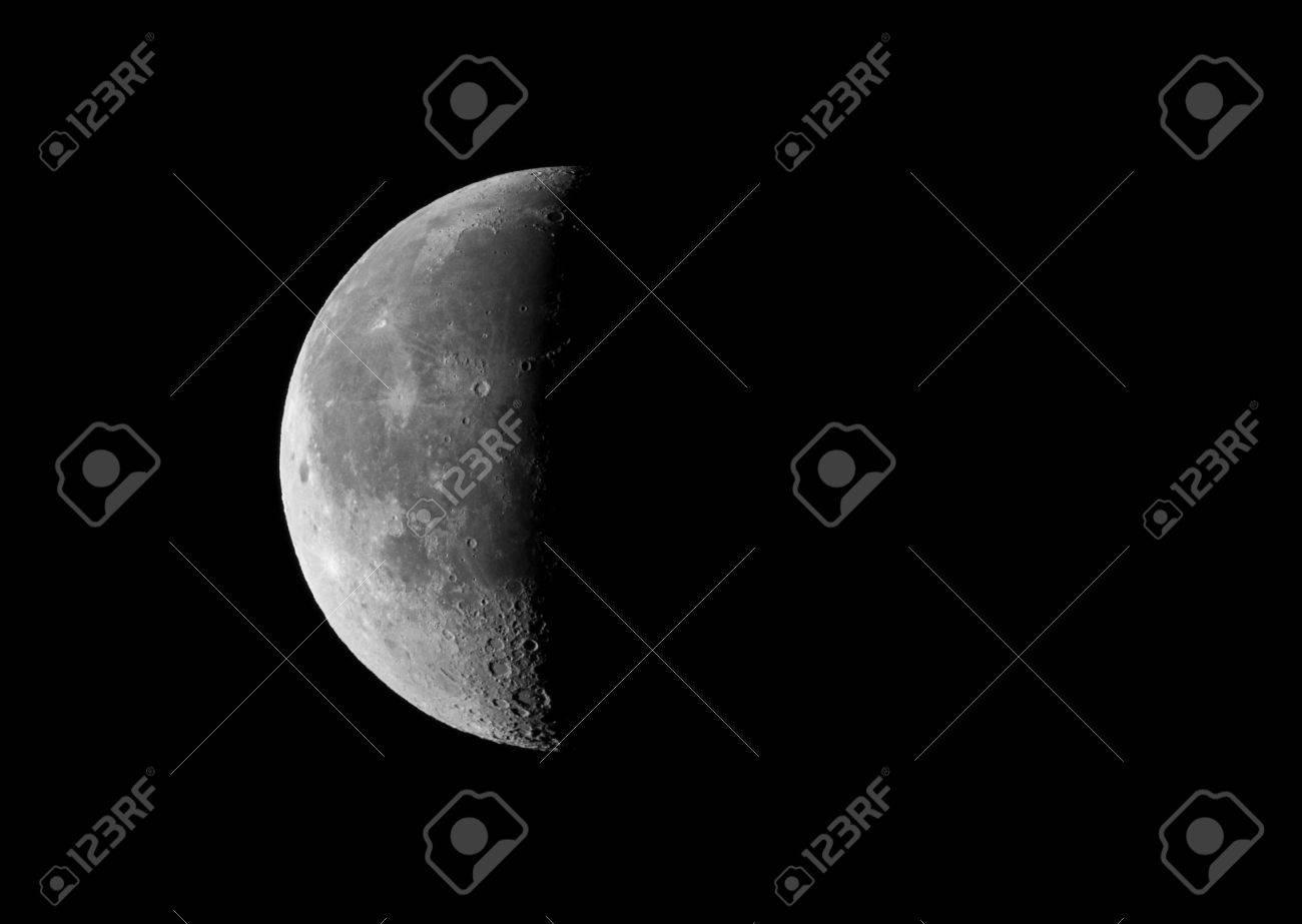 Imagen De La Luna En Cuarto Creciente último Tercio, Tomada Por El ...