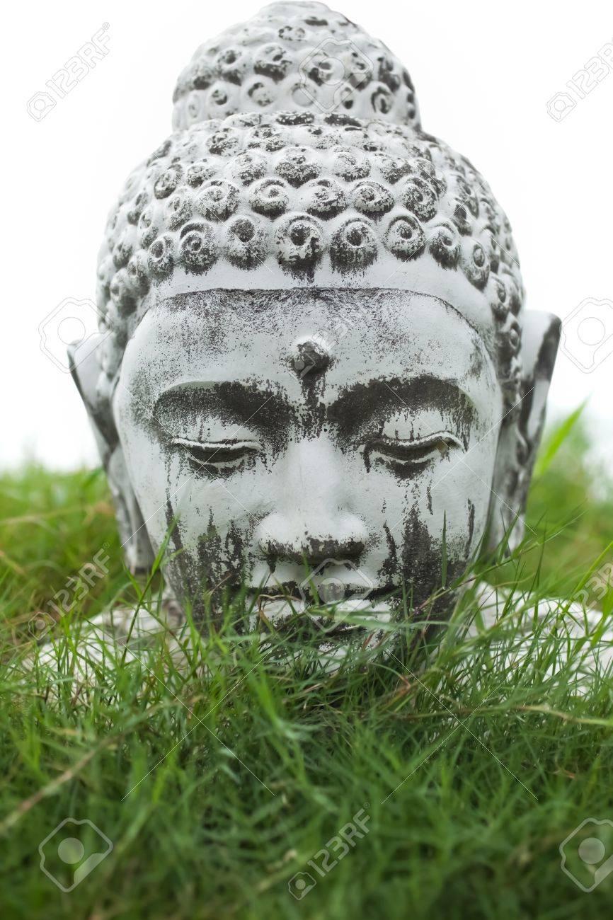 buste de décoration en pierre de bouddha dans l'herbe jardin banque