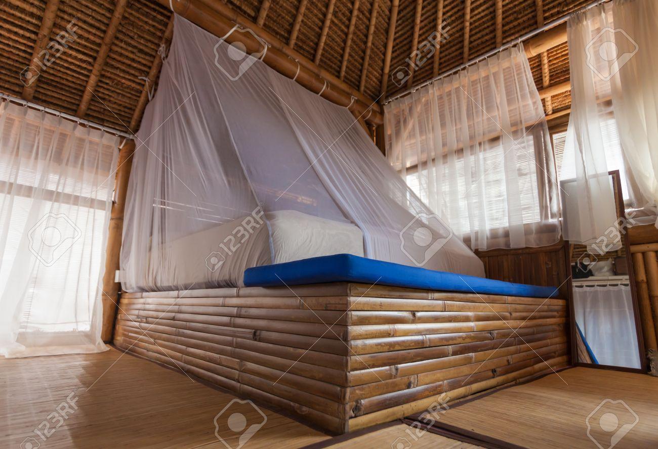 Bamboe bed in een slaapkamer bamboe in een bamboe huis royalty ...