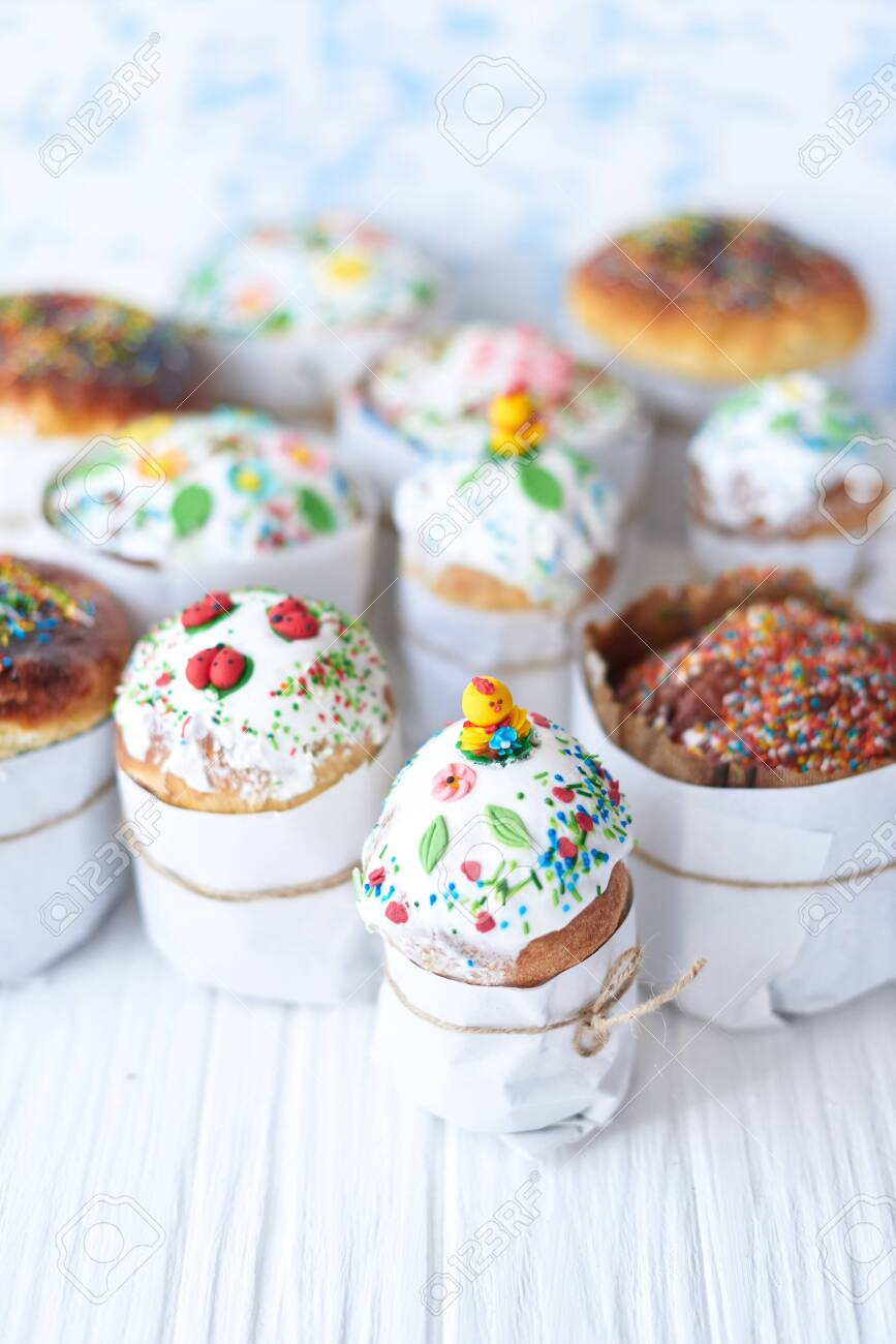 Easter cakes on a white wooden background. - 137135342