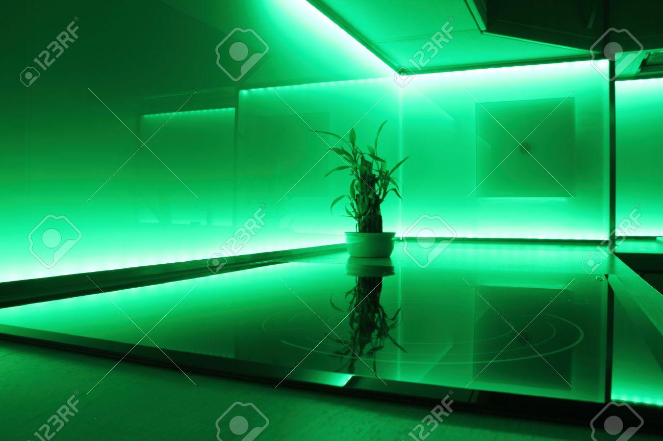 Moderne Luxe Keuken Met Groene Led-verlichting Royalty-Vrije Foto ...