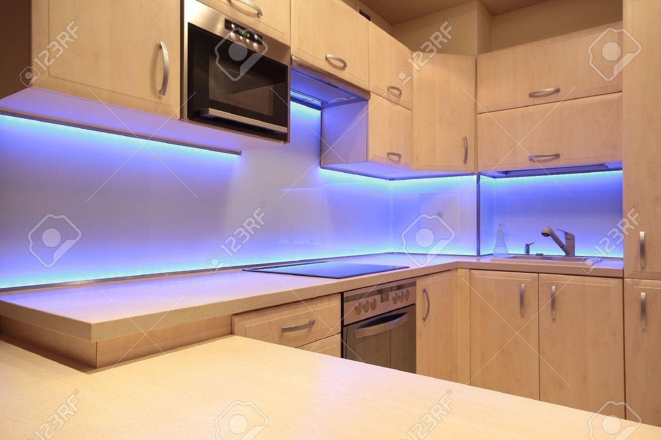 Moderne luxe keuken met paarse led verlichting royalty vrije foto ...