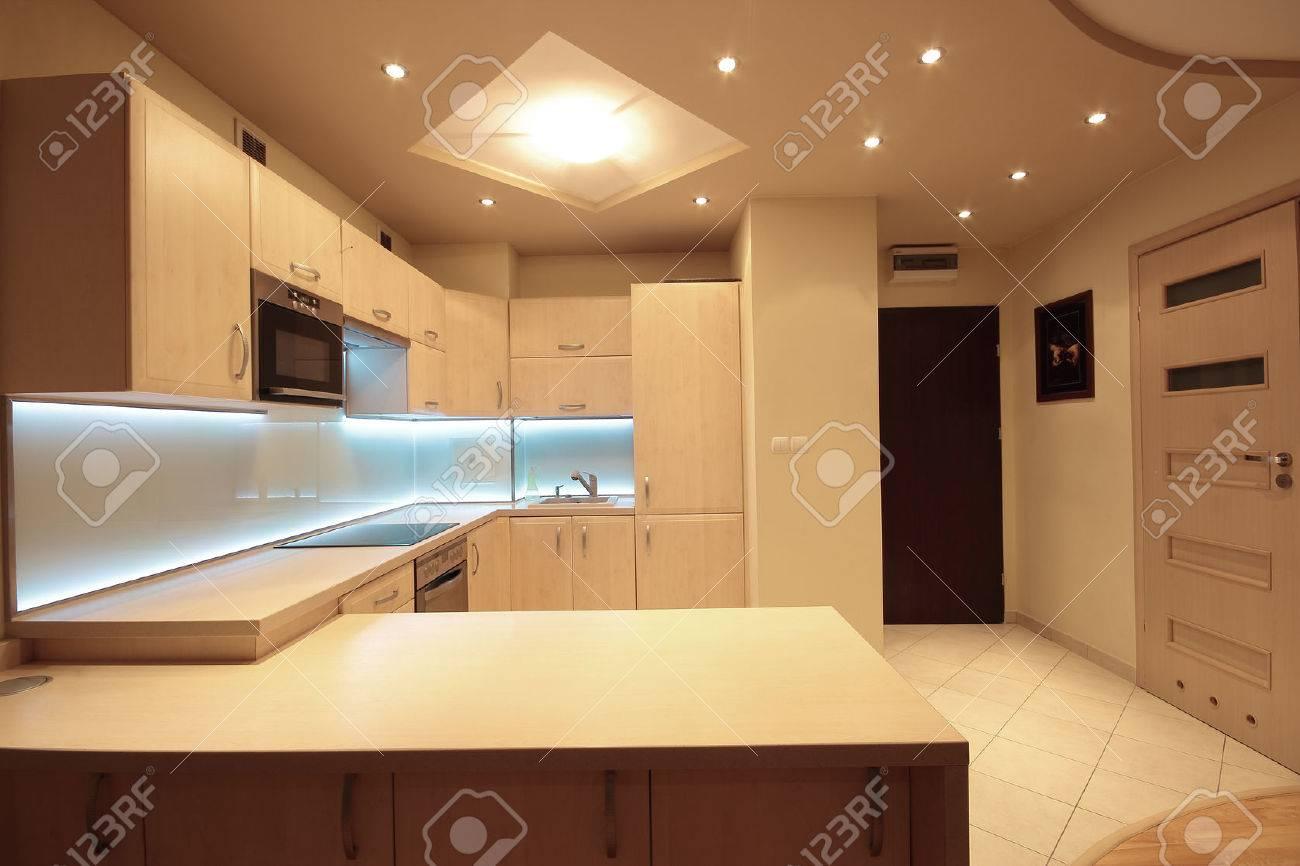 Moderne luxe keuken met witte led verlichting royalty vrije foto ...