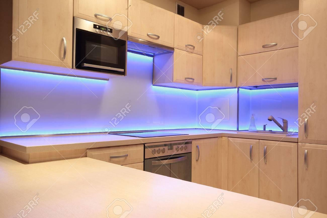 Moderne Luxus-Küche Mit Lila LED-Beleuchtung Lizenzfreie Fotos ...