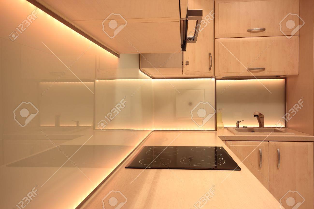 Cucina moderna di lusso con illuminazione LED giallo