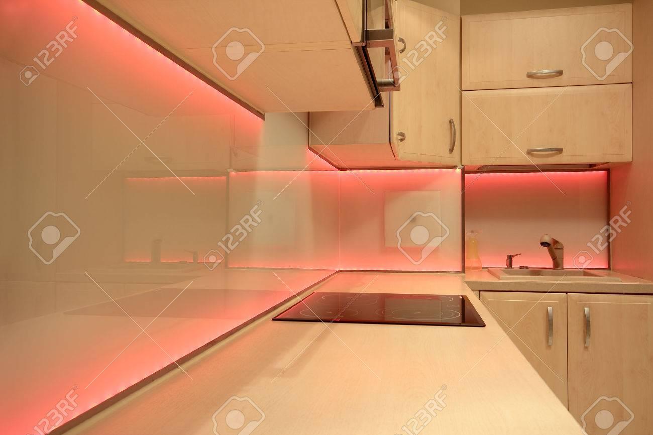 Moderne luxe keuken met rode led verlichting royalty vrije foto ...