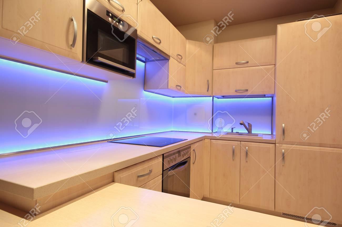 Moderne Luxus Küche Mit Lila LED Beleuchtung Standard Bild   38903863
