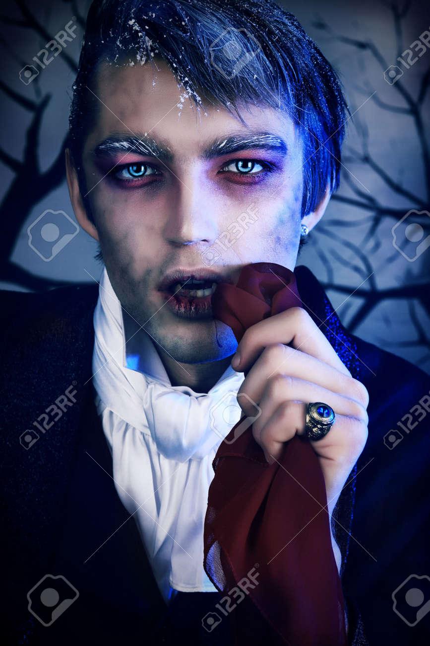 retrato de un joven apuesto con maquillaje de estilo de vampiro rodada en un estudio