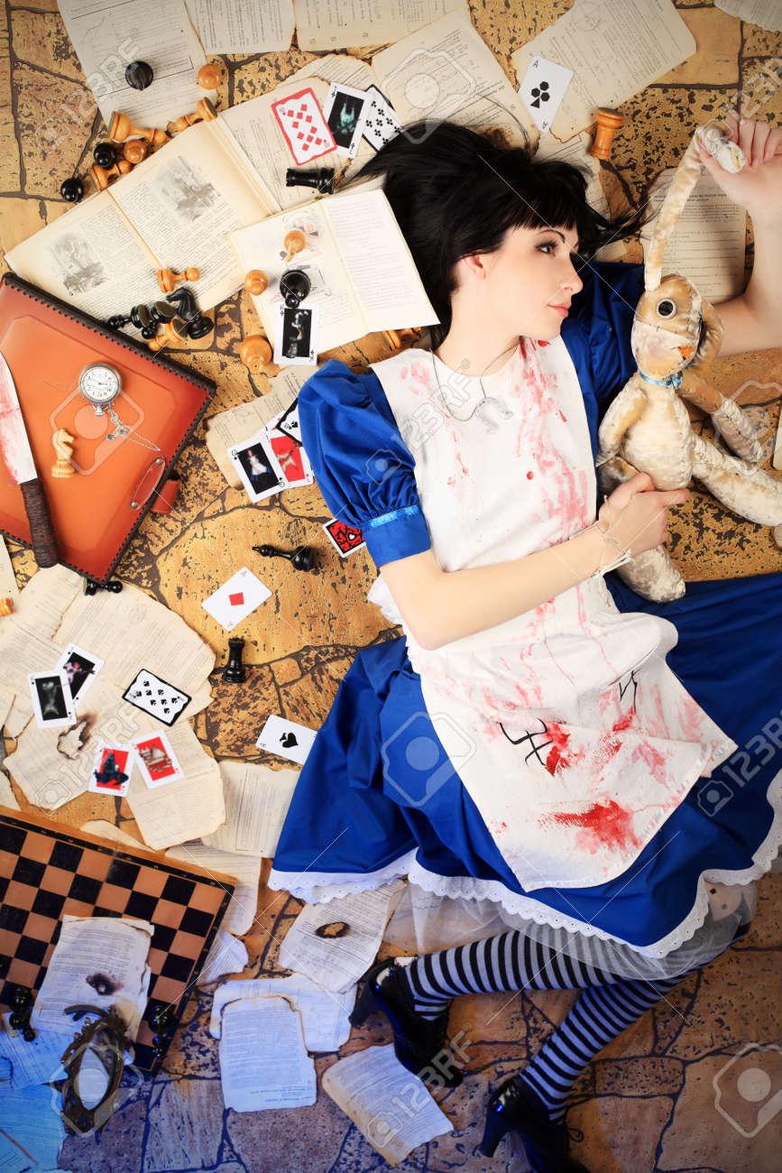 Retrato De Una Joven Mujer Vestida Como Alicia En El País De Las Maravillas Juego De Vídeo