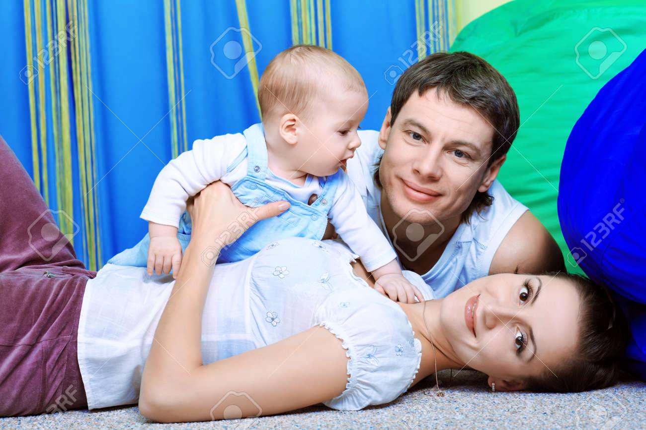 Padres felices con el bebé en casa. Foto de archivo - 8835051