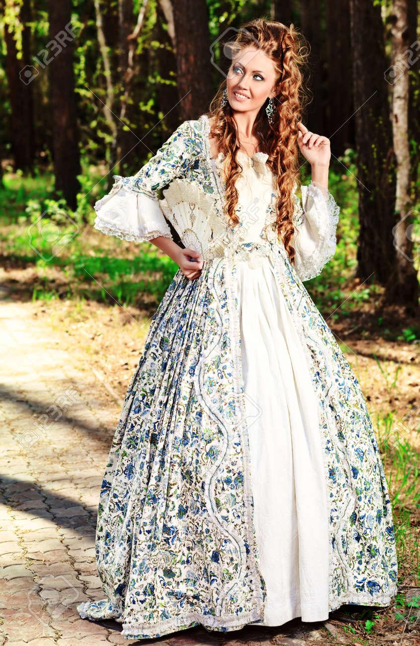 Hermosa Mujer Joven En La época Medieval Vestido En Un Día Soleado Al Aire Libre