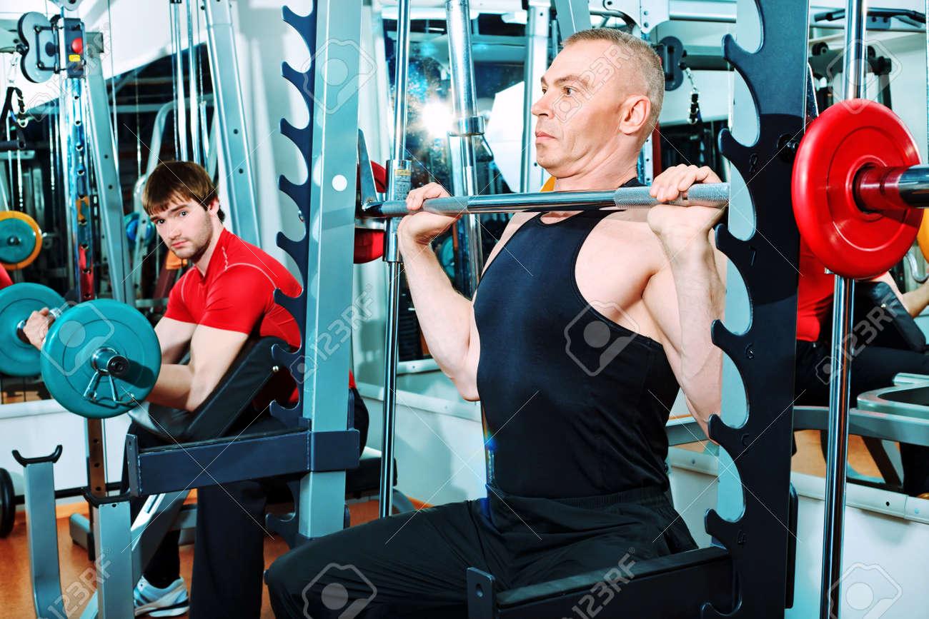 Hombres deportivas en el centro de gimnasio. Foto de archivo - 9961350