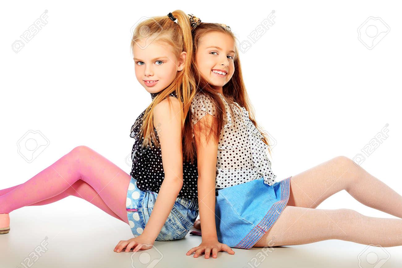 Дети подростки позируют фото