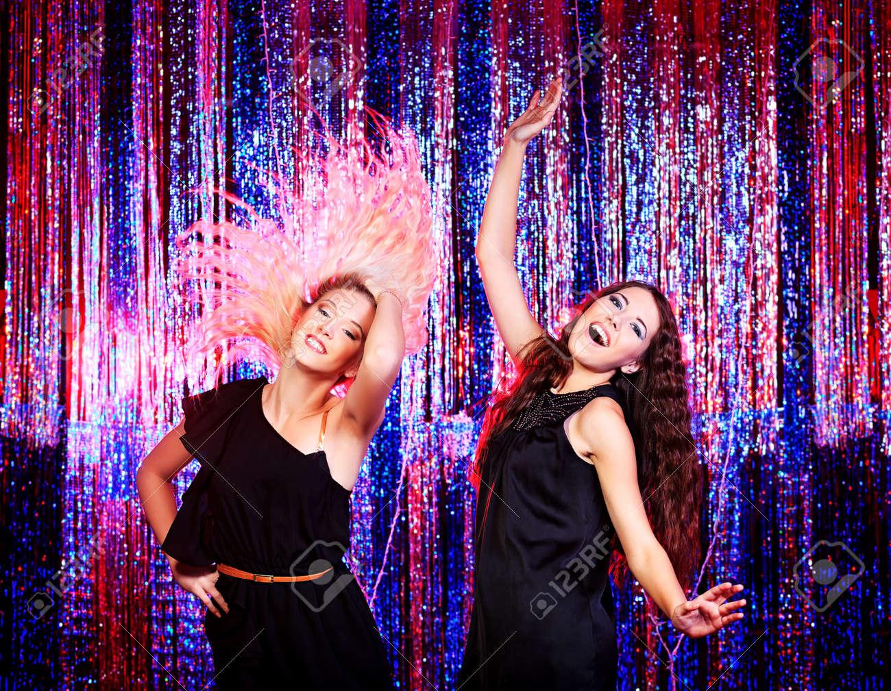 Танцуют две женщины онлайн