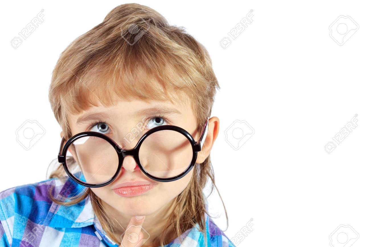 56b0ee05bef1d3 Portret van een grappige 9 jaar jongen in grote ronde bril. Geà ¯ soleerd