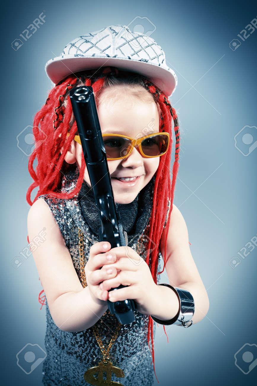 Portrait Von Einem Trendy Mädchen Mit Roten Zöpfen Und Moderne ...