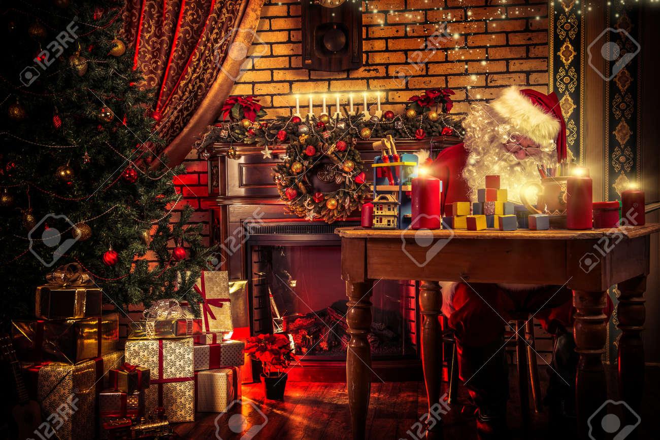 Papá Noel Que Hace Regalos De Navidad En Casa. Fotos, Retratos ...