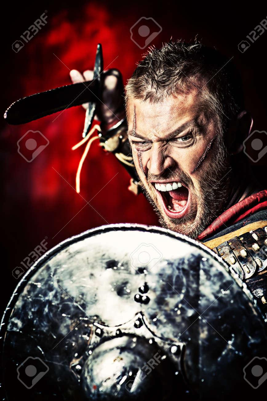 剣と盾と鎧で勇敢な古代戦士の肖像画。 の写真素材・画像素材 Image ...