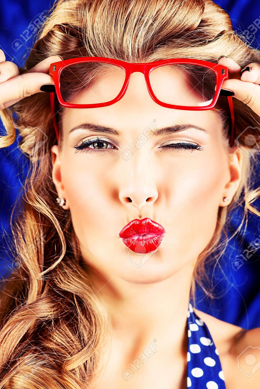 Encantadora Mujer Pin Up Con El Peinado Retro Y El Maquillaje Que