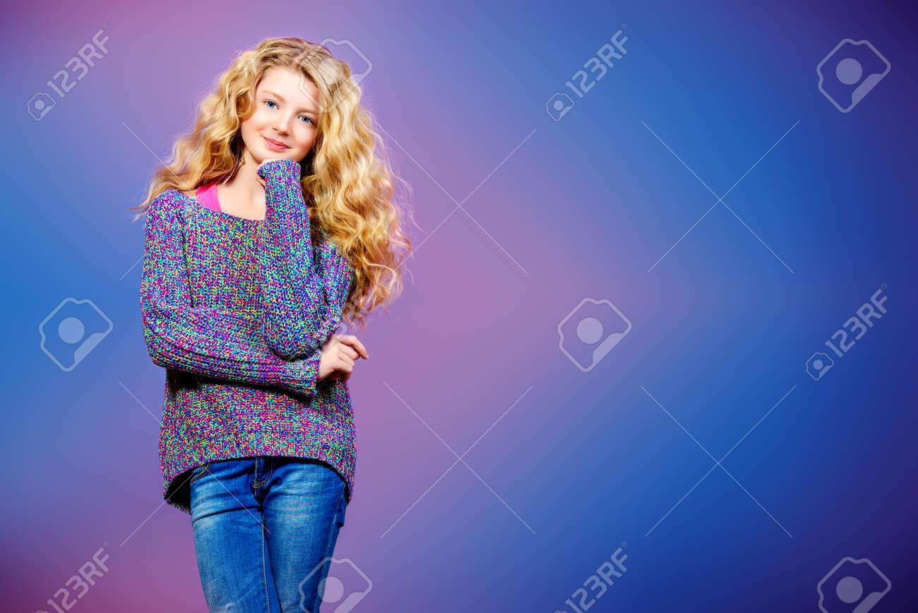 Portrait Von Einem Hübschen Mädchen 10 Jahre In Freizeitkleidung