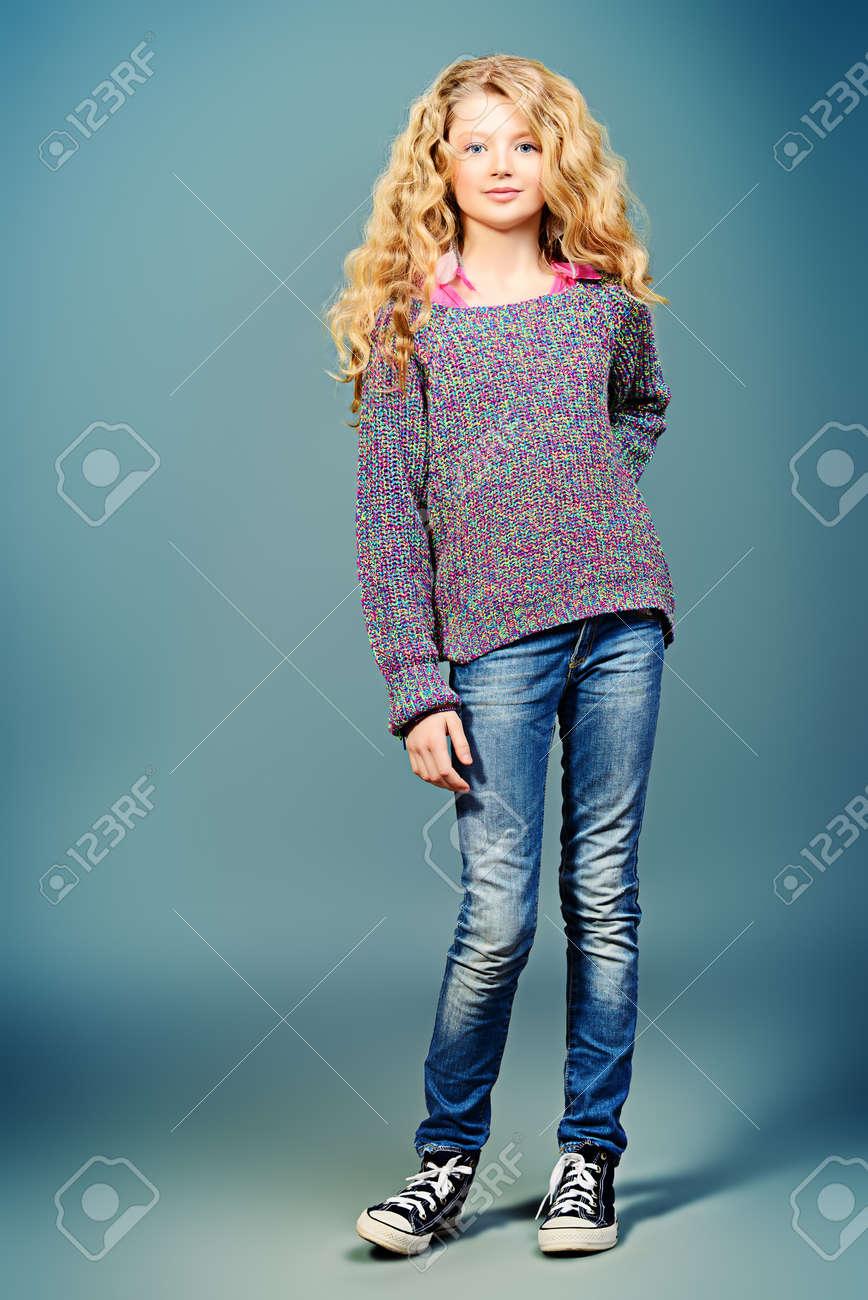Volle Länge Porträt Von Einem Hübschen Mädchen 10 Jahre In